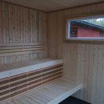 Hakskog 2 är en bastu med relaxavdelning och generöst ljusinsläpp - bastulavar