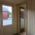 Fönster i Hakskog 5 - en liten stuga med vedeldad bastu
