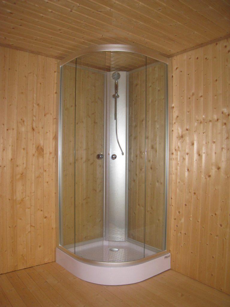 Inredning vedeldad varmvattenberedare : Dusch med varmvattenberedare - Håknäs Trävaror