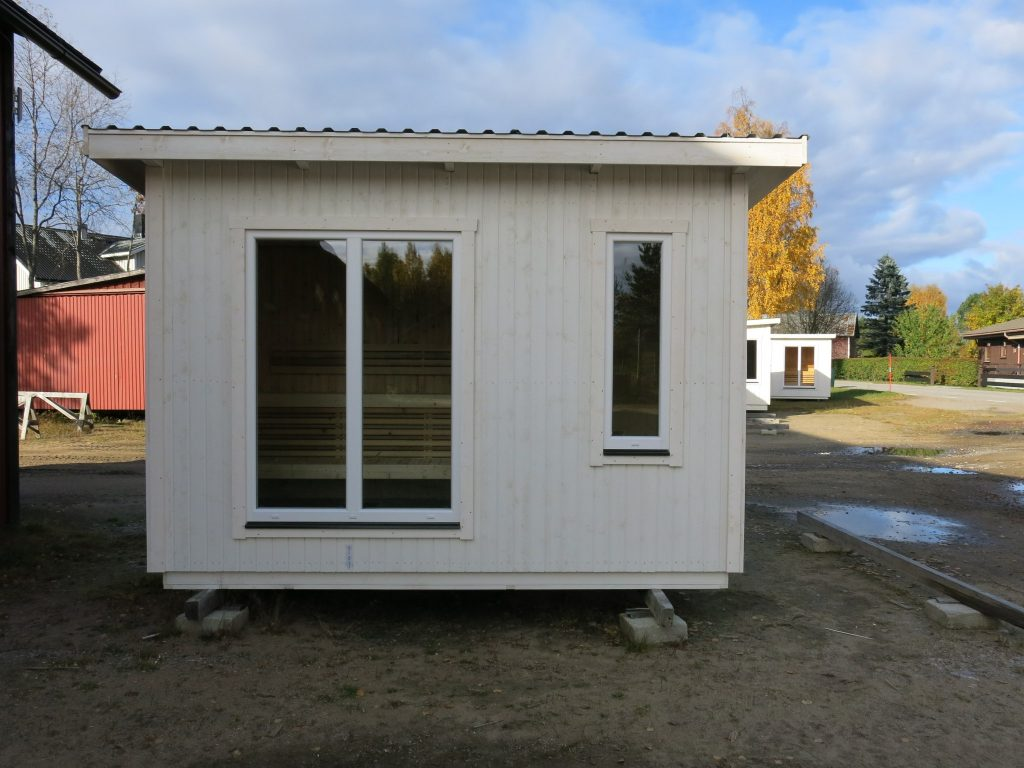En bastu med litet omklädningsrum men med stort panoramafönster