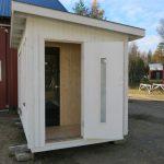 dörr-bastu med litet omklädningsrum